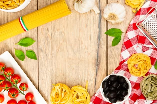 Cadre de nourriture avec des pâtes et de la menthe Photo gratuit