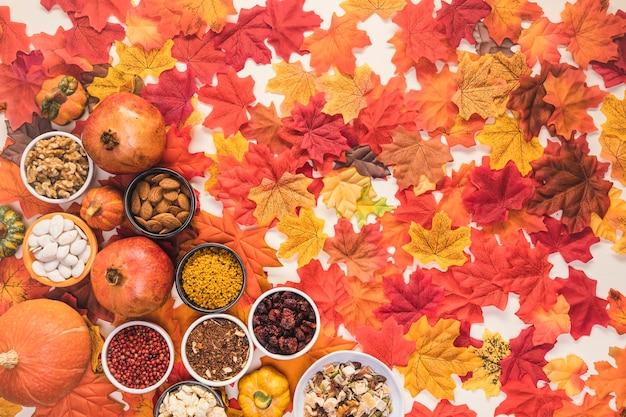 Cadre de nourriture plat poser sur fond de feuilles Photo gratuit