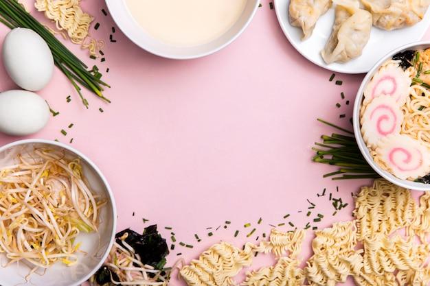 Cadre de nourriture pour soupe et boulettes de ramen vue de dessus Photo gratuit
