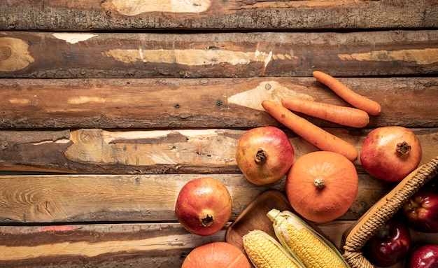 Cadre de nourriture vue de dessus avec panier et plaque en bois Photo gratuit