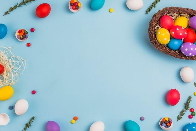 Cadre, de, oeufs pâques, et, panier, sur, table Photo gratuit