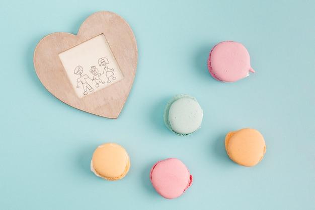 Cadre avec peinture près de biscuits sucrés Photo gratuit