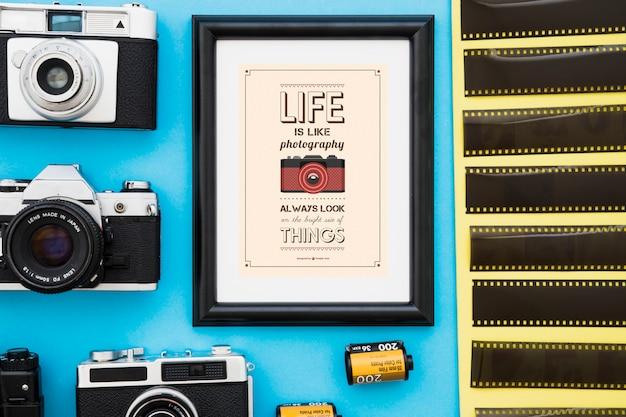 Cadre photo au milieu des caméras et des films Photo gratuit
