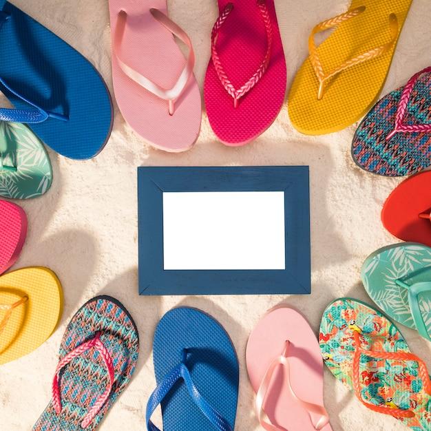 Cadre photo bleu entouré de tongs Photo gratuit