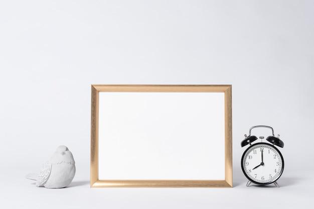 Cadre photo doré maquette et horloge éléments de décoration intérieure maison. Photo Premium