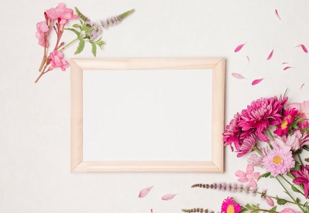 Cadre photo entre composition de magnifiques fleurs roses Photo gratuit