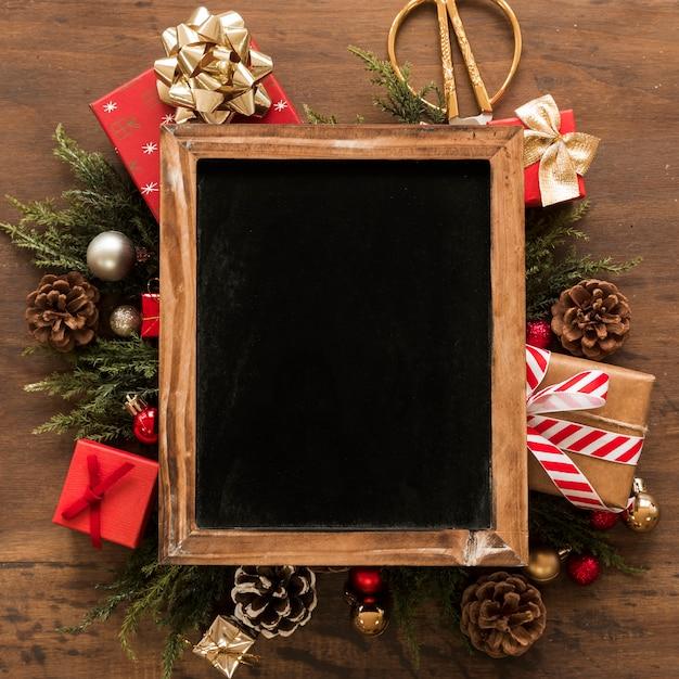 Cadre photo entre les décorations de noël Photo gratuit