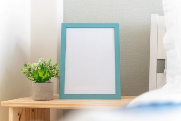 Cadre photo est à côté du lit dans la chambre Photo Premium
