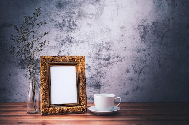 Cadre Photo Et Fleurs Et Tasses à Café Sur Table En Bois Photo Premium