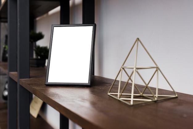 Cadre photo gros plan sur étagère Photo gratuit