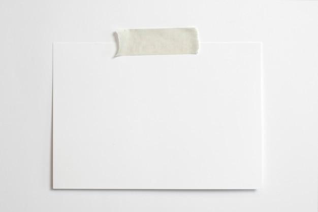 Cadre Photo Horizontal Vierge 10 X 15 Avec Des Ombres Douces Et Du Scotch Isolé Sur Fond De Papier Blanc Photo gratuit