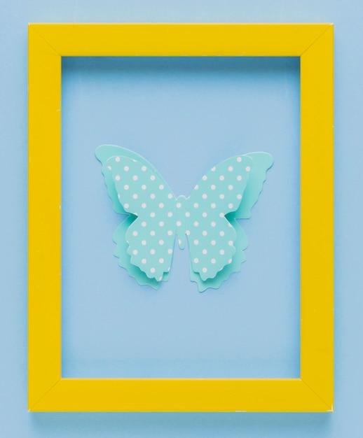 Cadre photo jaune avec découpe papillon 3d à pois Photo gratuit