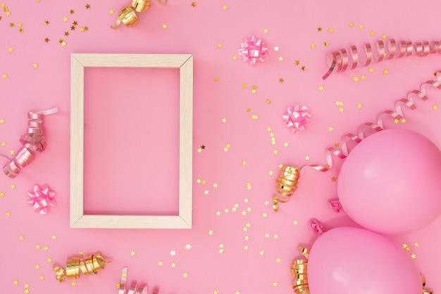 Cadre photo maquette avec un espace pour le texte, confettis d'or sur fond blanc. Photo Premium