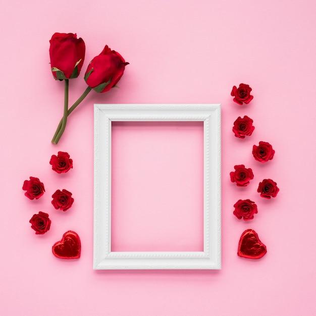 Cadre photo près de coeurs d'ornement et de fleurs Photo gratuit