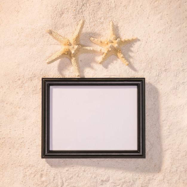 Cadre photo sombre avec des étoiles de mer Photo gratuit
