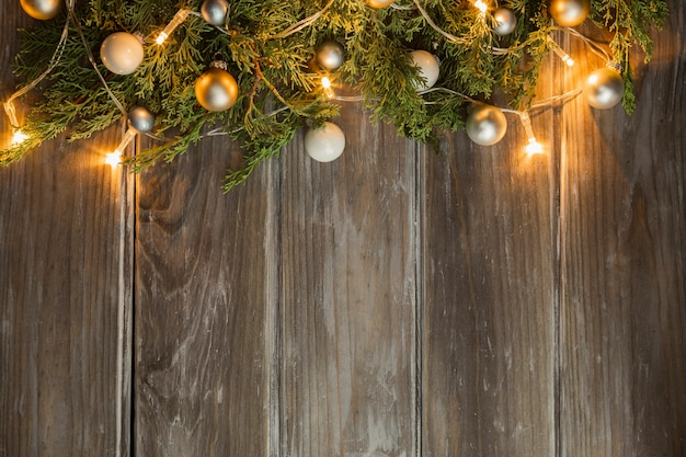 Cadre plat avec arbre de noël et fond en bois Photo gratuit