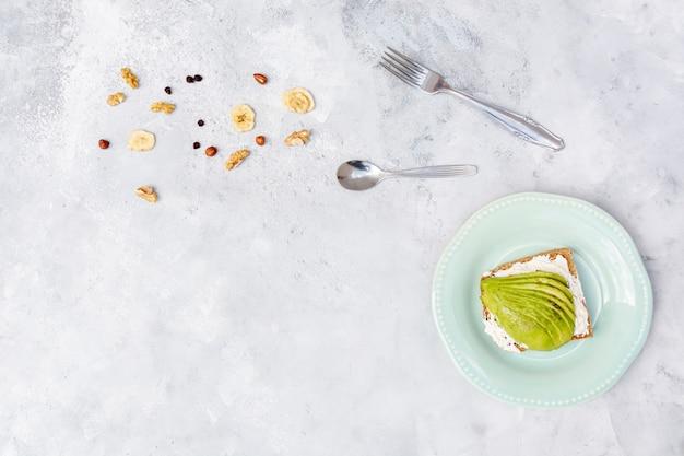 Cadre plat avec avocat et vaisselle Photo gratuit
