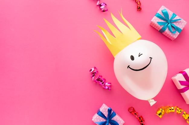 Cadre plat avec ballon et couronne Photo gratuit