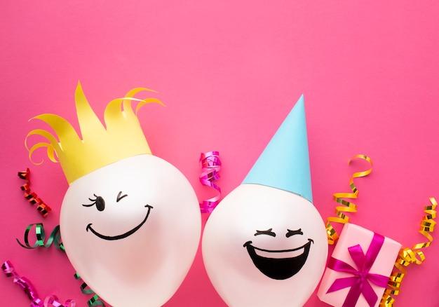 Cadre Plat Avec Ballons Et Fond Rose Photo gratuit