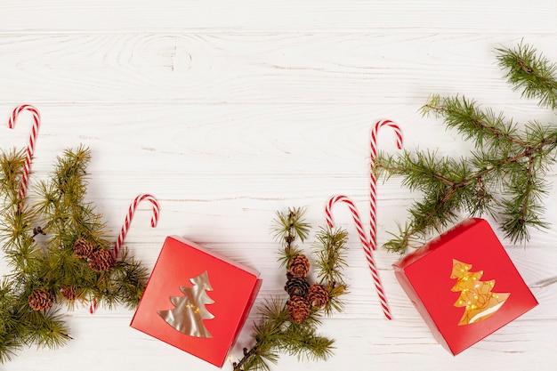 Cadre plat avec cadeaux et bonbons Photo gratuit