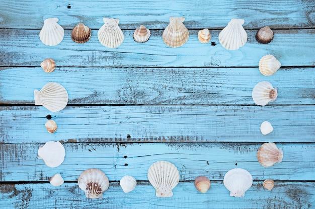Cadre plat de coquillages sur planche de bois Photo gratuit