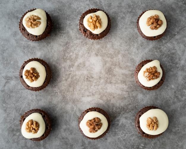 Cadre plat avec cupcakes et espace de copie Photo gratuit