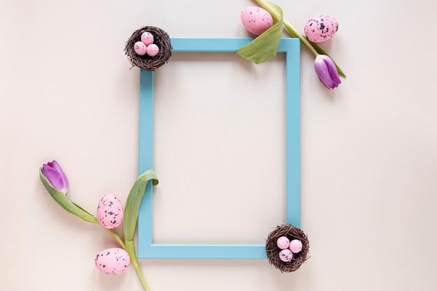 Cadre Plat De Fleurs Et D'oeufs Peints Photo gratuit