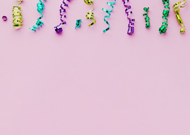 Cadre plat avec fond de confettis et violet Photo gratuit