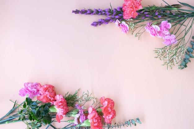 Cadre plat minimal posé avec des fleurs fraîches. Photo Premium