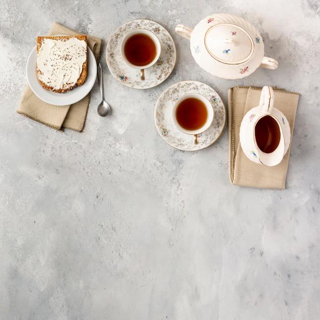Cadre plat avec des tasses à thé et un espace de copie Photo gratuit