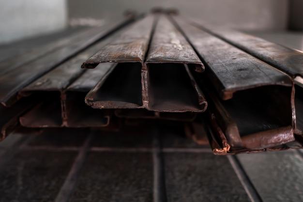 Cadre De Porte En Métal Rouillé Sur Le Plancher Peu Profond. Photo Premium