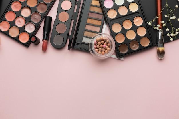 Cadre De Pose Plat Avec Palettes De Rouge à Lèvres Et De Maquillage Photo gratuit