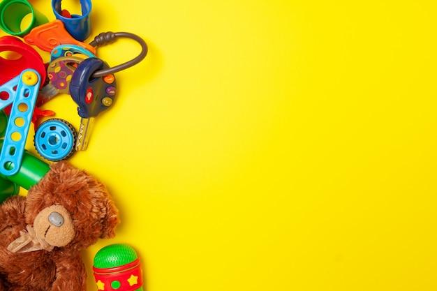 Cadre pour le texte. vue de dessus de la construction de jouets multicolores enfants bloque des briques sur fond jaune Photo Premium