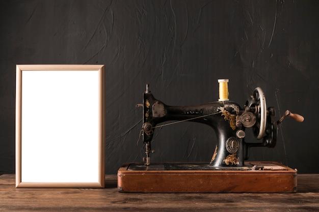 Cadre près d'une machine à coudre rétro Photo gratuit