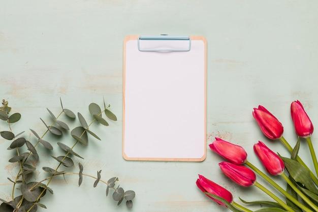 Cadre presse-papiers avec des fleurs Photo gratuit