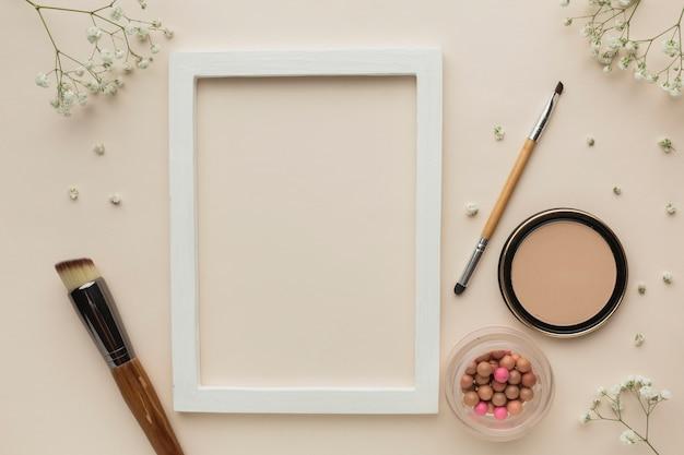 Cadre Avec Produits De Maquillage à Côté Photo gratuit
