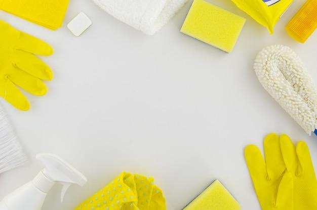 Cadre de produits de nettoyage jaune et blanc Photo Premium