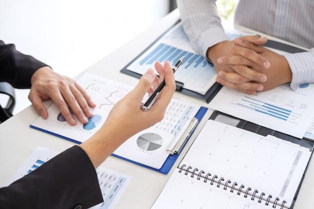 Cadre professionnel, partenaire commercial discutant des idées du plan marketing et du projet de présentation de l'investissement lors de réunions et d'analyses de données documentaires, du concept financier et d'investissement Photo Premium