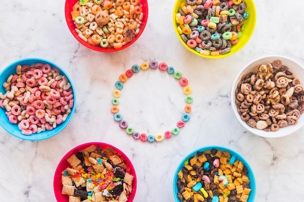 Cadre rond de céréales avec différents bols sur la table Photo gratuit