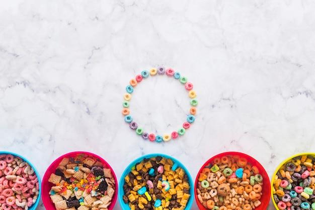 Cadre rond de céréales avec différents bols Photo gratuit