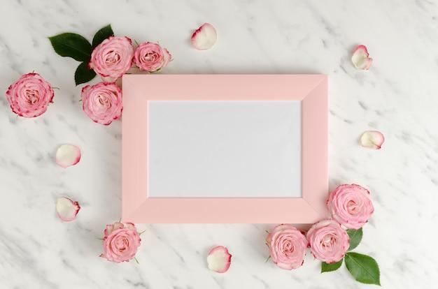 Cadre Rose Avec Des Roses élégantes Photo gratuit