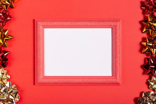 Cadre rouge rétro avec des décorations de noël Photo gratuit