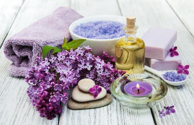 Cadre de spa avec des fleurs lilas Photo Premium