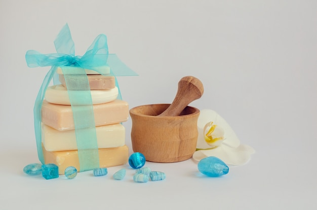 Cadre de spa avec des savons naturels Photo Premium