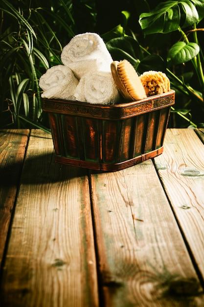 Cadre De Spa Tropical - Contre Une Scène Tropicale Rustique Photo Premium