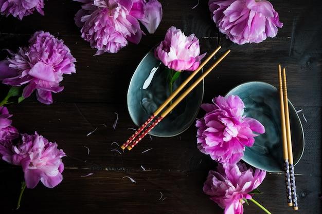 Cadre de table d'été avec pivoine Photo Premium