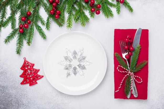 Cadre De Table De Noël Avec Des Cadeaux Et Une Branche De Sapin Sur Fond De Pierre Photo Premium