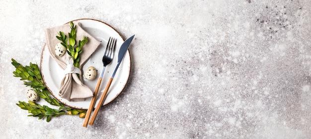 Cadre de table de pâques sur fond gris. Photo Premium