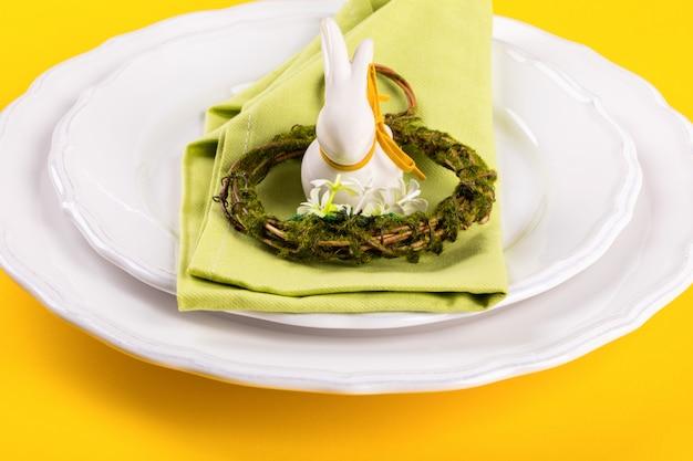 Cadre de table de pâques sur un fond jaune vif. Photo Premium