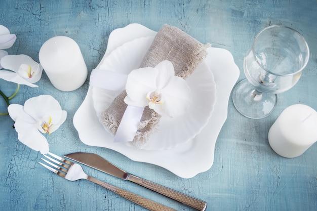 Cadre de table vintage avec décorations d'orchidées, bougies, wineglas Photo Premium